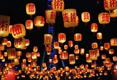 中国浮动蜡烛灯笼填装天空布里斯班充满希望新年 免版税库存照片