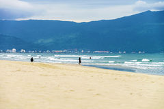 中国海滩的人们在岘港在越南 免版税库存照片