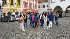 中国游人在捷克克鲁姆洛夫的历史的中心 免版税库存图片