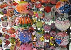 中国灯笼垂悬在新年快乐的一个小组 免版税库存图片