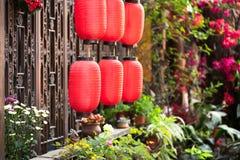 中国灯笼垂悬在的前面与fl的一个传统窗口 图库摄影