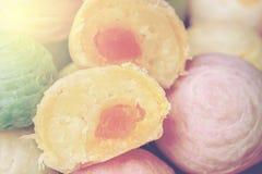 中国点心叫插入式放大器,由面粉做的古老点心到烘烤的热被捣碎的金黄豆充塞用盐味的蛋黄,脊椎 免版税库存照片