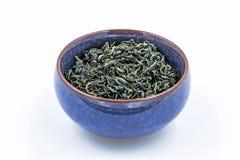 中国狂放的绿茶 Ye盛家在一个蓝色陶瓷碗的Lu查家 免版税库存照片