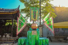 中国狮子鼓和放映时间中国舞狮在黄飞鸿纪念堂 夫斯汉市瓷 库存照片