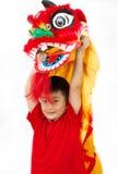中国狮子Custome舞蹈的亚裔小男孩在中国Ne期间 免版税库存照片