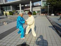 中国男人和妇女实践上实践tai池氏 免版税库存照片