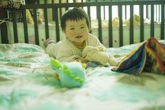 中国男孩攀登 免版税库存照片