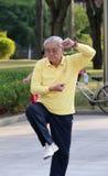 中国男性老人实践taijiquan 图库摄影