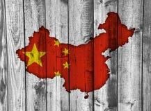 中国的地图和旗子被风化的木头的 免版税图库摄影
