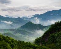中国的山的有薄雾的村庄 图库摄影