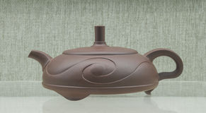 中国的紫色沙子茶壶 免版税库存照片