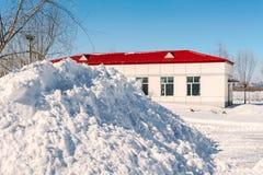 在房子前面的雪 免版税库存照片