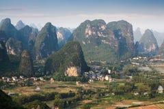 中国石灰岩地区常见的地形山农村风景 库存照片