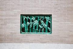中国砖墙和竹子称呼窗口背景-在南丫岛海村庄装罐Hau寺庙在香港 库存照片