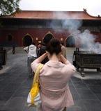 中国祈祷的妇女 免版税图库摄影