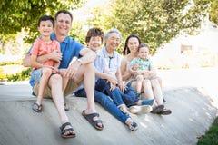 中国祖父母、母亲、白种人父亲和混合的族种家庭 库存照片