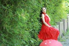中国秀丽坐一座古老桥梁享受假期 免版税图库摄影