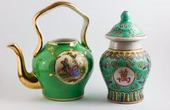 中国花瓶和中世纪浪漫茶壶 库存照片