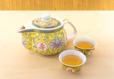 中国茶罐设置与两个小茶杯 库存图片