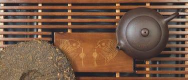中国茶道,分类、陶瓷棕色茶壶酿造茶的和未加工的puerh材料的普洱哈尼族彝族自治县 库存图片