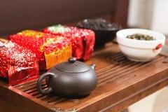 中国茶道,分类、陶瓷棕色茶壶酿造茶的和未加工的puerh材料的普洱哈尼族彝族自治县 库存照片