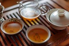 中国茶道,沈puer茶,透明玻璃, Pialats,杯子,茶具 免版税图库摄影