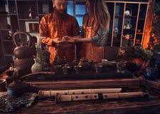 中国茶道 在东方传统衣裳饮料自然茶的夫妇在的中国茶道期间 库存照片