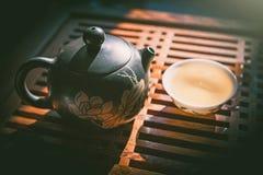 中国茶道 茶壶和一个杯子在木桌上的绿色puer茶 亚洲传统文化 库存照片