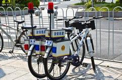 中国警察在街道上骑自行车 库存图片