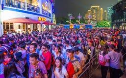 中国许多人民紧压入主题乐园参加万圣夜活动的深圳 免版税库存照片