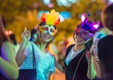 中国许多人民紧压入主题乐园参加万圣夜活动的深圳 免版税图库摄影