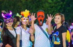 中国许多人民紧压入主题乐园参加万圣夜活动的深圳 库存图片