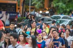 中国许多人民紧压入主题乐园参加万圣夜活动的深圳 图库摄影