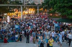 中国许多人民紧压入主题乐园参加万圣夜活动的深圳 免版税库存图片