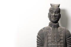 中国赤土陶器战士雕象前面看法  免版税库存照片