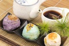中国酥皮点心和中国茶,中国的糖果盘 免版税库存图片