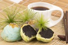 中国酥皮点心和中国茶,中国的糖果盘 库存照片
