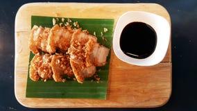 中国酥脆猪肉甜调味汁食谱香蕉叶子木板材 免版税图库摄影