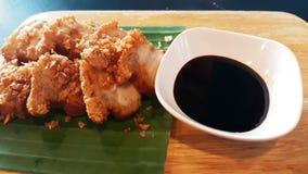 中国酥脆猪肉甜调味汁食谱香蕉叶子木板材 库存图片