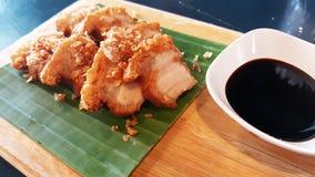 中国酥脆猪肉甜调味汁食谱香蕉叶子木板材 图库摄影