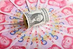 中国金钱rmb钞票和美国美元 免版税库存照片