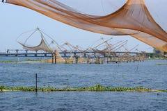 中国钓鱼的印度喀拉拉湖得到vembanad 库存照片