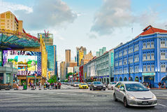 中国镇新加坡上部发怒街道和汽车通行  免版税库存图片