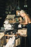 中国镇曼谷泰国12月2018老中国人在草本商店或中国草本商店烘干了木古色古香的碗柜和 免版税图库摄影