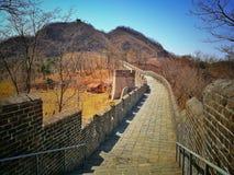 中国长城和树的古老路面在秋天 库存图片