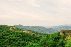 中国长城在夏天 在北京附近的慕田峪长城部分 库存图片