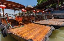 中国长平底船等待古老水镇运河的游人  库存照片