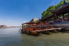 中国长平底船等待古老水镇运河的游人  库存图片