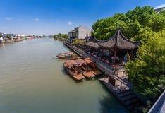 中国长平底船等待古老水镇运河的游人  免版税库存照片