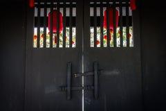 中国门 红色中国人寺庙门 免版税库存图片